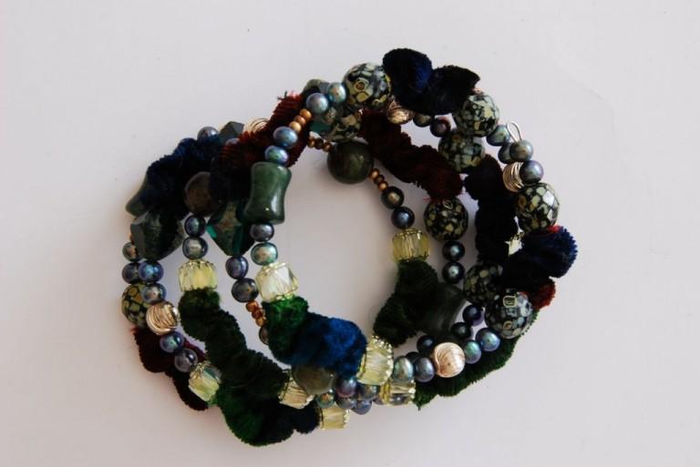 Spiralarmband mit Stoff, Suesswasserperlen, Vintageglasperlen, Serpentin und Silber
