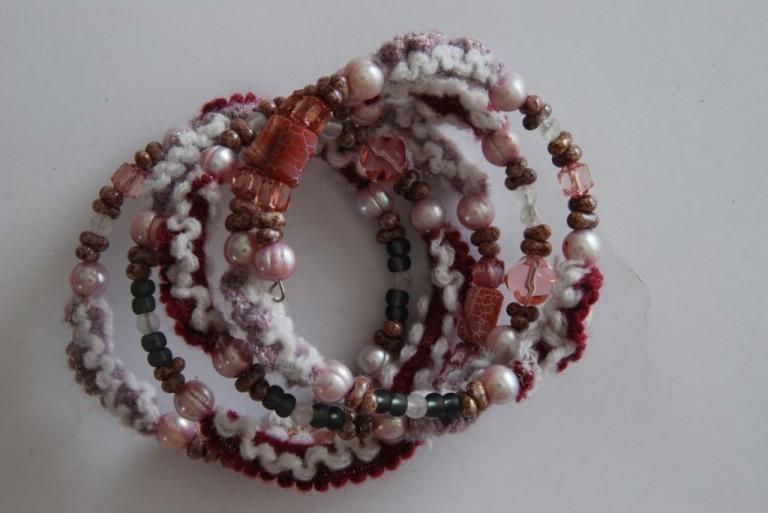 Spiralarmband mit Achaten, Stoff, Suesswasserperlen, Bergkristall und Vintageglasperlen