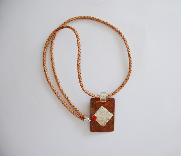 Lederbandkette mit Silberverschluss und Anhaenger in Kupfer und Silber mit Swarovskiperle und Suesswasserperle besetzt