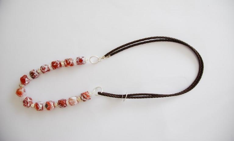 Lederbandkette mit Feuerachat, Bergkristall und Silber