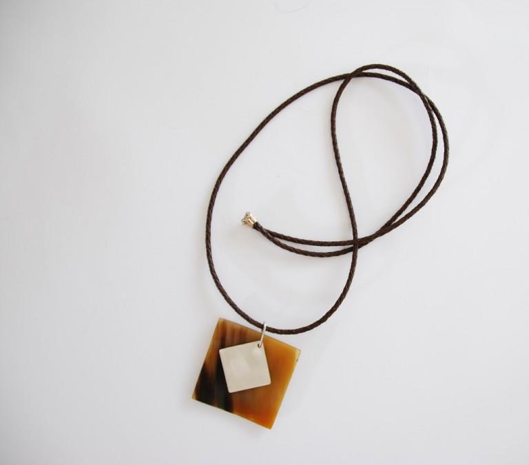 Lederbandkette mit Silberverschluss und Hornanhaenger mit Silberelement