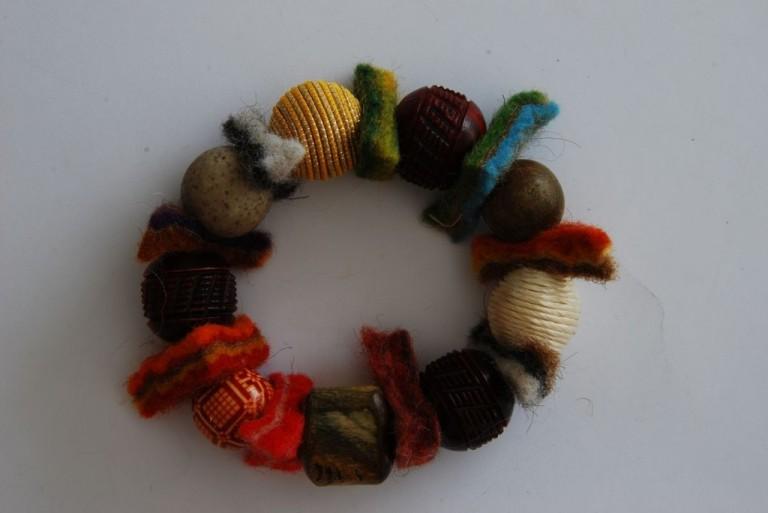Armband mit Horn, Holz, Stoffkugeln und Filz