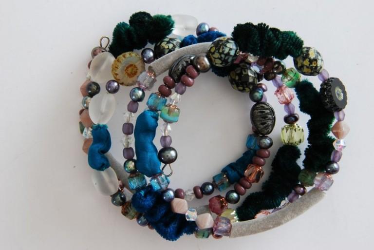 Spiralarmband mit Stoff, Schlauchmaterial, Suesswasserperlen, Vintageglasperlen und Bergkristall