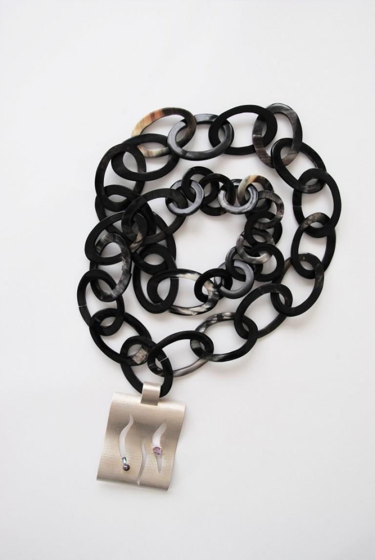 Hornkette mit Silberanhänger und eingearbeiteter Fassung mit Ametyst und Süßwasserperlen