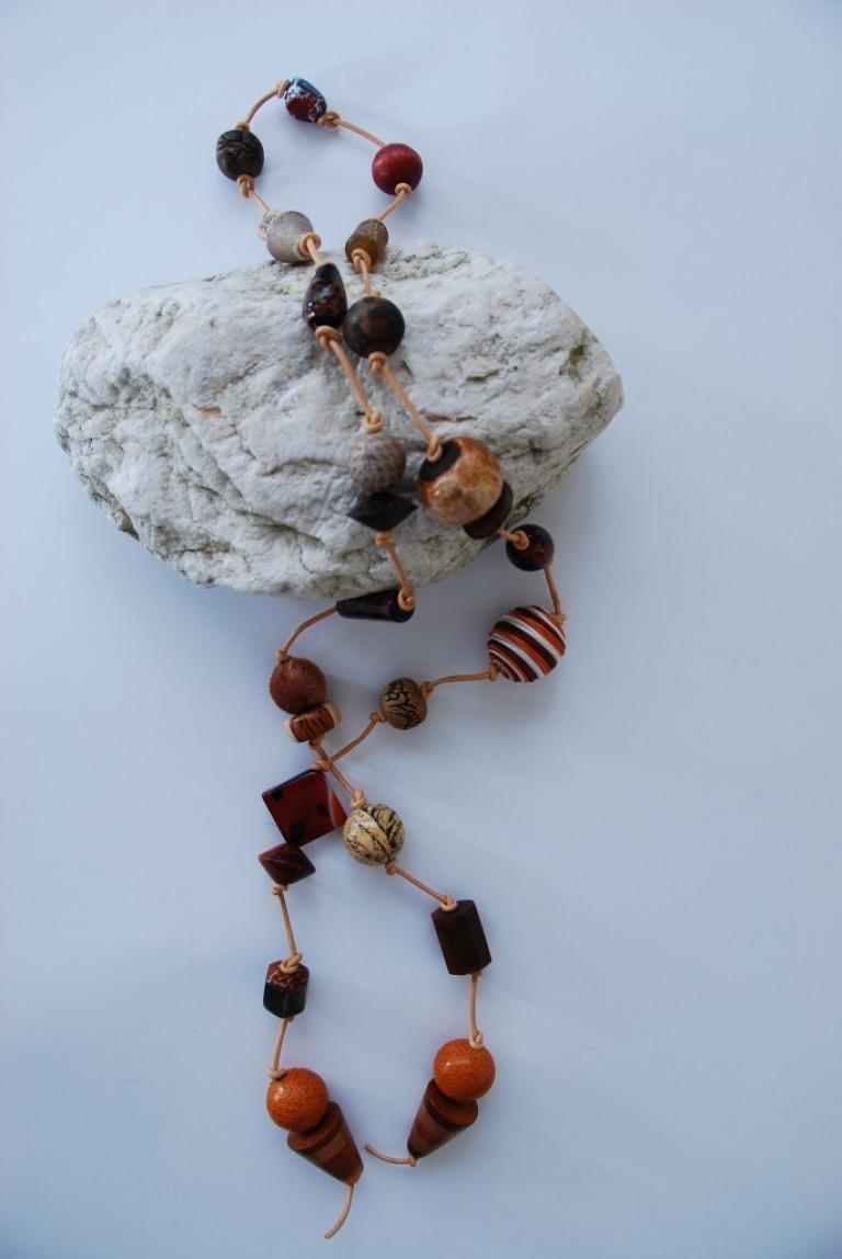 Lederbandkette mit Holz, Horn, Perlmutt, Achaten, Pythonschlangenleder, Keramik und Glasperlen