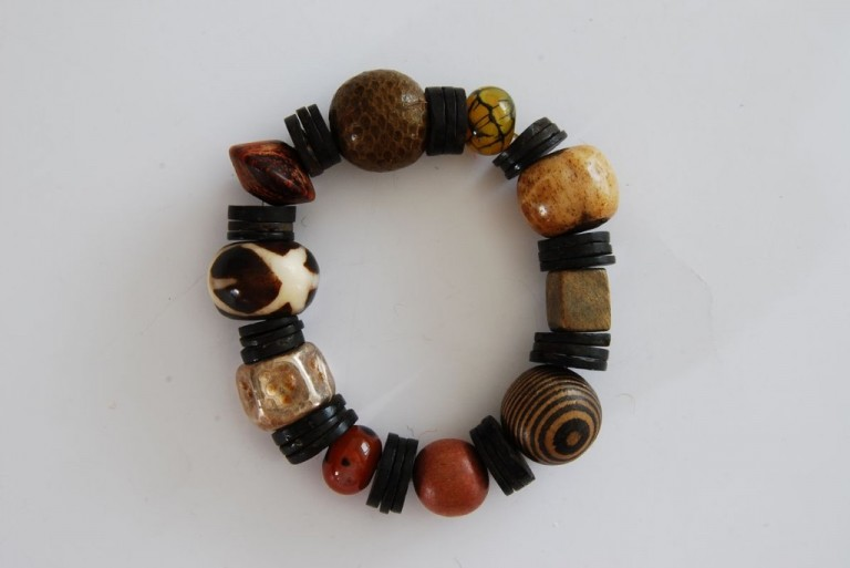 Armband mit Horn, Holz, Achaten, Schlangenleder und Silber