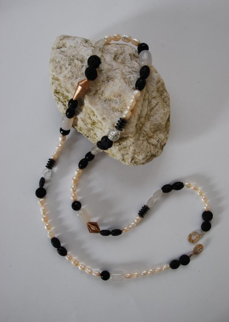 Kette mit Suesswasserperlen, Basaltlava, Bergkristall, Onyx, Magnetit und Silber