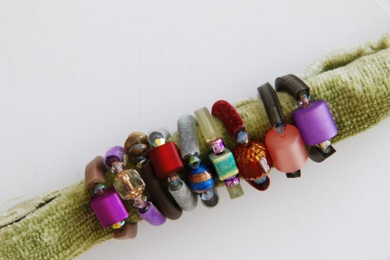 Ringe aus Schlauchmaterial, kombiniert mit diversen Halbedelsteinen, Swarovskiperlen und vielem mehr