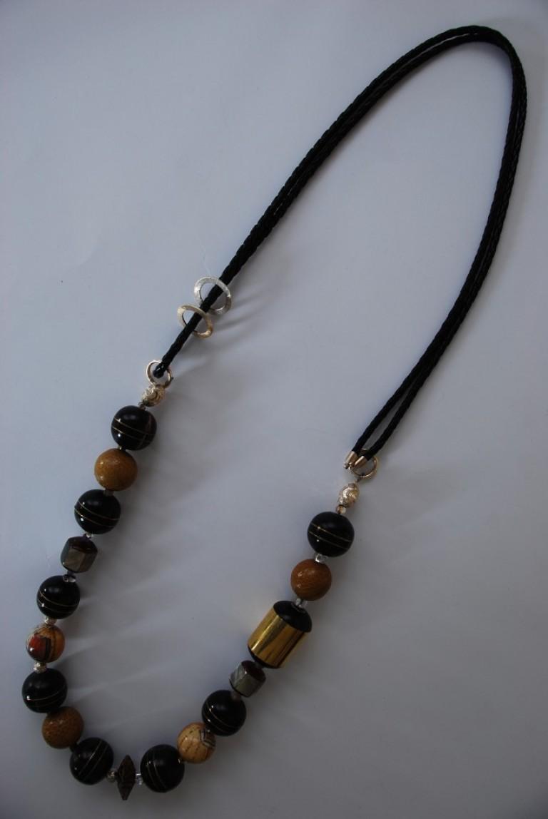 Lederbandkette mit Silber, Horn, Schlangenleder und Perlmutt