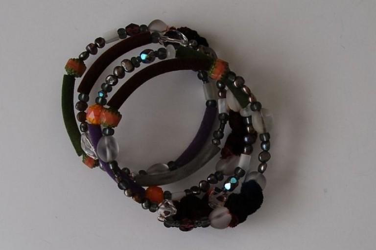 Spiralarmband mit Stoff, Schlauchmaterial, Suesswasserperlen, Glasperlen und Bergkristall