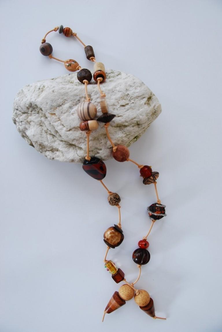 Lederbandkette mit Horn, Holz, Keramik und Achaten